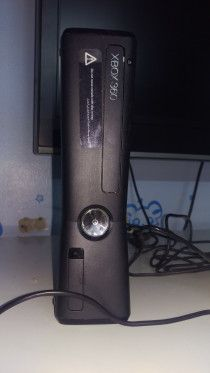 Xbox 360 4GB black color+kinect+2 games